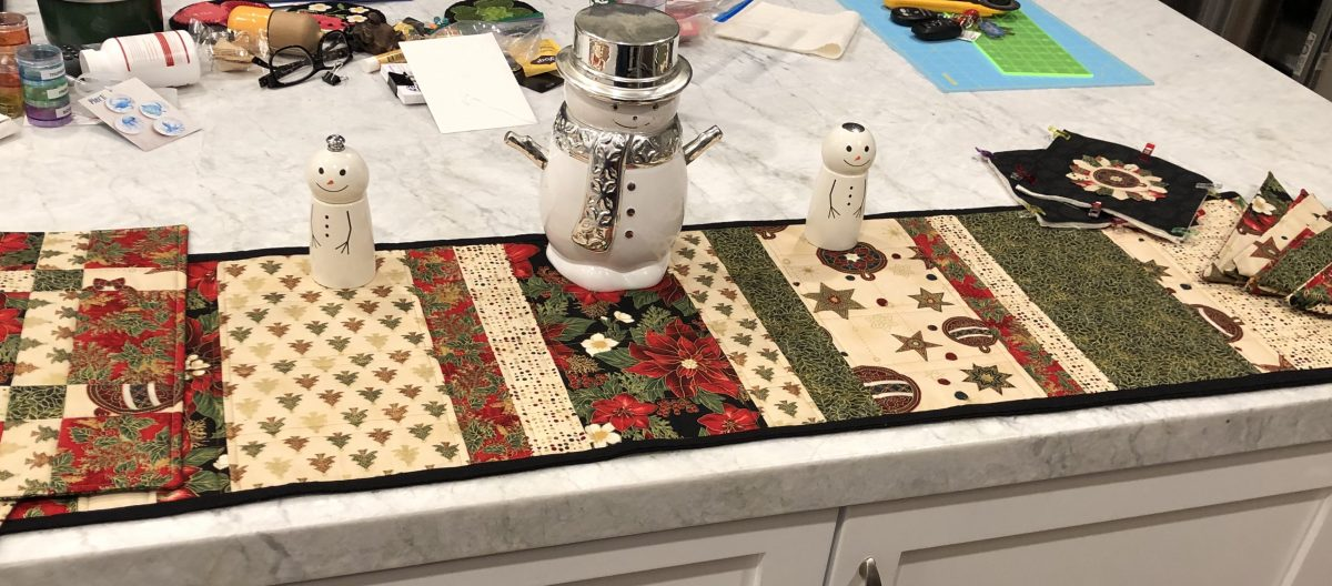 Quilt Diary: Christmas Table Glitz done!
